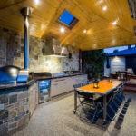 Деревянный потолок в летней кухне
