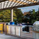 Рабочая зона летней кухни с мойкой и барбекю