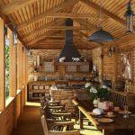 Деревянная мебель в летней кухне открытого типа