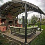 Мебель из ротанга в садовой беседке