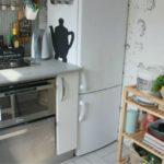 Передвижная этажерка в компактной кухне