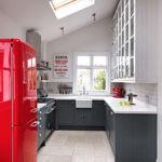 Красный холодильник в кухне частного дома