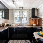 Черная мебель в кухне загородного дома