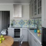 Разноцветная мозаика на кухонном фартуке