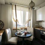 Легкие шторы на кухонном окне