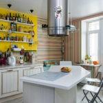 Полосатые обои в кухне с балконом