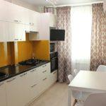 Желтый фартук кухни в современном стиле