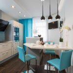 Бирюзовые стулья в красивой кухне