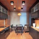 Накладные светильники на потолке кухни