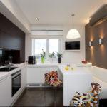 Черно-белая кухня с диваном у стены