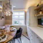 Дизайн узкой кухни с мягким диваном