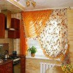 Оранжевый тюль на кухонном окне