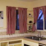 Короткие кухонные занавески в клетку