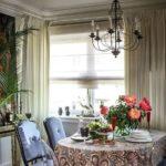 Живые цветы в вазе на столе
