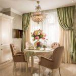Мягкие стулья с подлокотниками в кухне