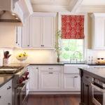 Яркая штора римского типа на кухонном окне