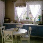 Легкие занавески в деревенской кухне
