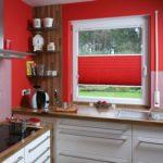 Красные шторы-плиссе на кухонном окне