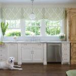 Белая собака на деревянном полу