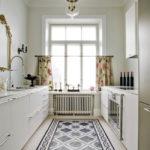 Керамическая плитка с орнаментом на полу кухни
