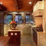 Деревянный потолок в кухне частного дома