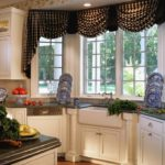 Ламбрекен на кухонном окне в загородном доме