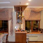 Симметричное оформление близко расположенных окон в кухне