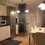 Серые шторы в угловой кухне