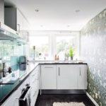 Дизайн кухне без занавесок на окне