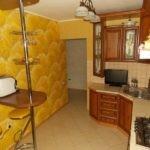 Желтые обои в кухне с угловым гарнитуром