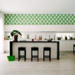Зеленые обои в верхней части стены