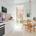 Белая кухня с дверью на балкон