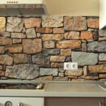 Пластиковые панели под камень на кухонном фартуке