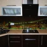 Темный фартук в кухне городской квартиры