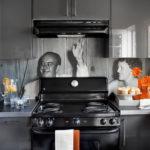 Черно-белое фото на кухонном фартуке