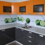 Оранжевые фасады навесных шкафчиков