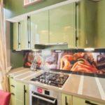 Бежевая занавеска возле кухонного гарнитура