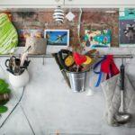 Металлический рейлинг на фартуке кухни