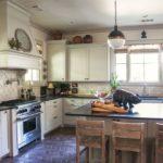 Портальная вытяжка над кухонной плитой