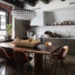 Стеклянная люстра на потолке кухни