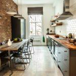 Кирпичная стена в узкой кухне
