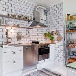 Открытая вытяжка на стене кухни