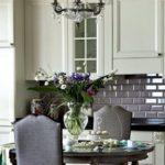 Обеденный стол в классической кухне