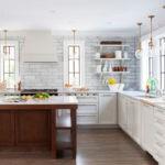 Деревянный пол в кухне загородного дома