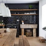 Деревянные полки на черной стене
