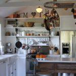 Хромированная посуда на подвесном рейлинге