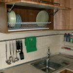Сушилка для посуды внутри подвесного шкафчика