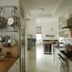 Интерьер двухрядной кухни в частном доме