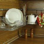 Фарфоровые тарелки в кухонной сушилке