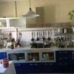 Современная кухня с синими фасадами